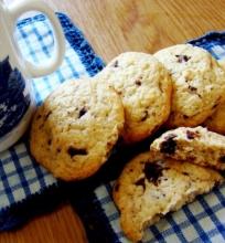 Sausainiai su šokolado gabaliukais ir riešutais