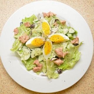 Sočios salotos su menkių kepenėlėmis ir majonezu