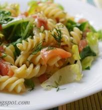 makaronų salotos su lašiša
