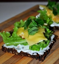 Juodos duonos sumuštinis su kiaušiniu