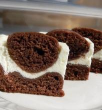 Dvispalvis pyragas su rutuliukais