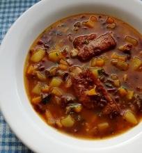 Buroklapių sriuba su džiovintomis slyvomis ir rūkytais šonkauliukais