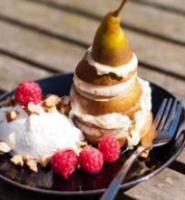 Ant grotelių keptų kriaušių desertas su marcipanais