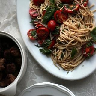 Spaghetti su pomidorais ir maltinukais