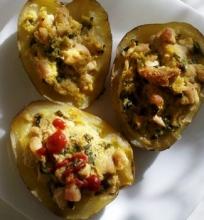Vištiena ir kalafiorais įdarytos bulvės