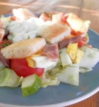 Lašišos salotos su skrebučiais