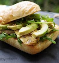 čiabatos sumuštinis su avokadu ir vištiena
