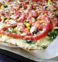Cukinijų ir varškės pica su kukurūzais
