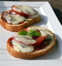 Karšti sumuštiniai su daug pomidorų