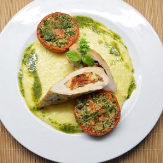 Vištos krūtinėlės kepsniukai įdaryti mocarelos sūriu ir saulėje džiovint ais pomidorais