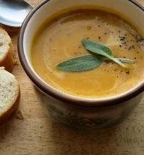 Aštri keptų moliūgų sriuba su šalavijais pagardinta grietinėle