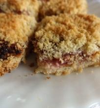 Prancūziškas varškės pyragas su abrikosų ir aviečių uogiene