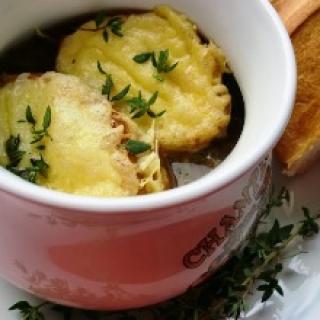 Prancūziška svogūnų sriuba su baltu vynu ir naminiu jautienos sultiniu