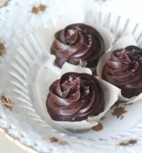 Šokoladiniai keksiukai su sūdyta karamele ir šokoladiniu kremu