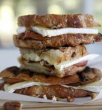 Karštas sumuštinis su keptu obuoliu, riešutais ir Brie