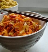 Baltųjų ridikų, morkų ir obuolių salotos su saldžiarūgščiu užpil u