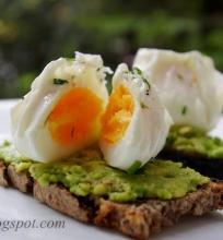 skrebutis su avokadu ir kiaušiniu