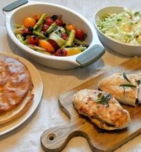 Vištienos filė su feta, karštos pomidorų-porų salotos, kopūstų salotos ir duonel ė