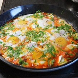 Kepti kiaušiniai pomidorų padaže su Brie sūriu