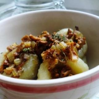 Bulvių dubenėliai su džiovintų grybų padažu