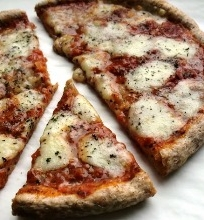 Pica su mocarela ir bazilikais
