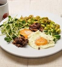 Kepti kiaušiniai su tunu, avokadu ir saulėgrąžų daigais