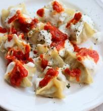 Turkiški virtinukai su jogurtu ir pomidorų padažu