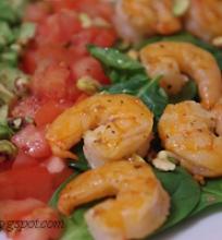 salotos su krevetėmis ir pistacijomis