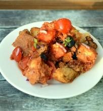 Pomidorų ir duonos salotos su kiauliena