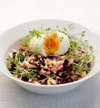 Perlinių kruopų salotos su burokėliais, riešutais ir rėžiukais