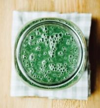Žalias kokteilis su migdolų pienu (veganiškas, žaliavalgiškas)