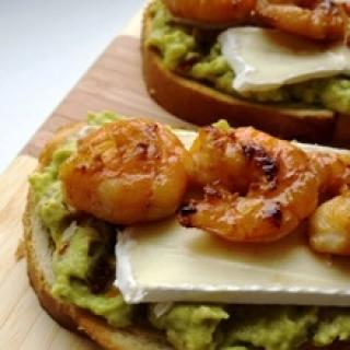 Sumuštinukai su krevetėmis, kamamberu bei kremine avokadų ir saulėje džiovintų pomido rų guacamole