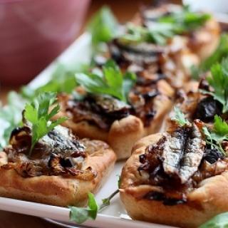 Pyragėliai su kepintais svogūnais ir ančiuviais