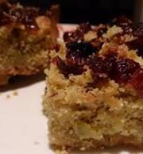 Riešutinis pistacijų pyragas su spanguolėmis