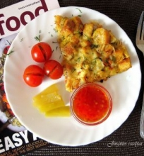 Kiaušinienė su skrebučiais, pomidorais, sūriu