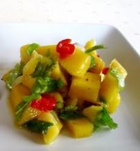 Mango ir kalendros lapelių salotos pagardintos aitriomis paprikomis