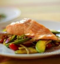 Virta-nevirta lašiša su avokado salotomis