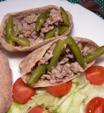 Maltos kiaulienos ir šparaginių pupelių troškinys rupių kvietinių miltų pito je
