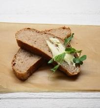 Duona su topinambais, riešutais ir sūriu