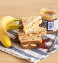 Sumuštinis su žemės riešutų sviestu, bananais ir šonine