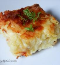 bulvių plokštainis, pagardintas sūriu ir muskatu