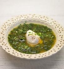 Dilgėlių sriuba su kiaušiniu marškinėliuose