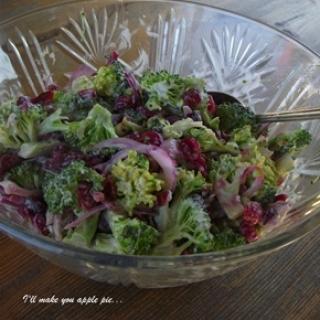 Brokolio ir džiovintų spanguolių salotos