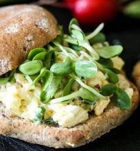 Sumuštiniai su kiaušinių salotomis bei daigintiniais