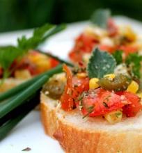 Brusketa su pomidorais ir mėtiniu užpilu