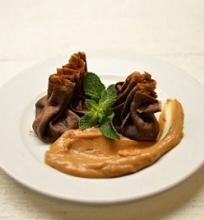 Šokoladiniai blyneliai su šokolado, bananų įdaru ir žemės riešutų sviesto  padažu