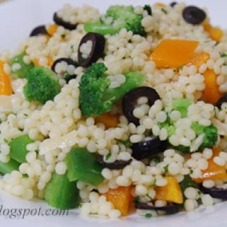 perlinio kuskuso salotos su daržovėmis ir Džiugo sūriu