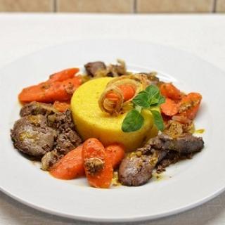 Keptos vištų kepenėlės su apelsininėmis morkomis ir polenta