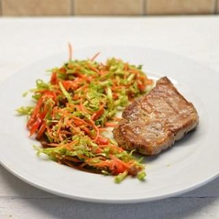 Kiaulienos sprandinės kepsniukas ir salotos su razinomis ir imbieru