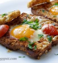 """""""buliaus akis"""" – duonos riekelėje keptas kiaušinis"""